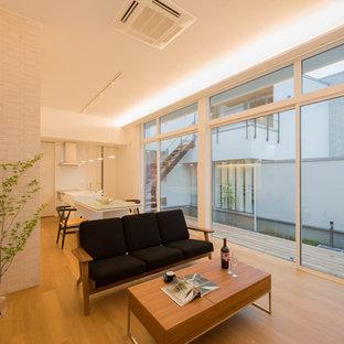 他の地域の小さいアジアンスタイルのおしゃれなLDK (白い壁、無垢フローリング、茶色い床) の写真