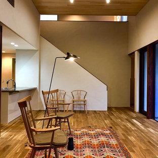他の地域の中くらいの和風のおしゃれなLDK (白い壁、無垢フローリング、茶色い床) の写真