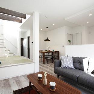 他の地域のコンテンポラリースタイルのおしゃれなLDK (白い壁、合板フローリング、茶色い床) の写真