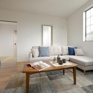他の地域のアジアンスタイルのおしゃれなLDK (白い壁、合板フローリング、ベージュの床) の写真