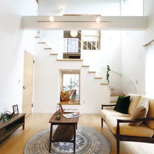 他の地域の北欧スタイルのおしゃれなLDK (白い壁、合板フローリング、ベージュの床) の写真