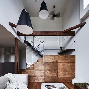 名古屋の木のトラディショナルスタイルのおしゃれな折り返し階段 (木の蹴込み板、金属の手すり) の写真