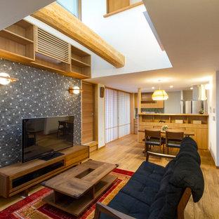 Immagine di un soggiorno moderno di medie dimensioni e aperto con pareti bianche, pavimento in legno massello medio, nessun camino, pavimento marrone, soffitto in carta da parati e carta da parati
