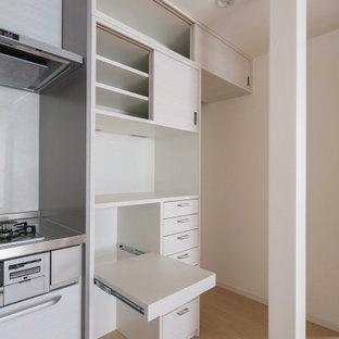 Ejemplo de salón abierto y papel pintado, escandinavo, pequeño, papel pintado, con paredes blancas, suelo de madera clara, suelo beige y papel pintado