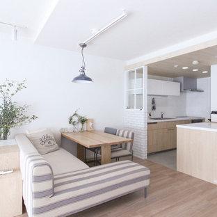 東京23区の北欧スタイルのおしゃれなリビング (白い壁、淡色無垢フローリング、茶色い床) の写真