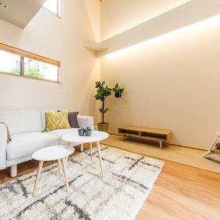 他の地域の大きい北欧スタイルのおしゃれなリビング (白い壁、淡色無垢フローリング、ベージュの床) の写真