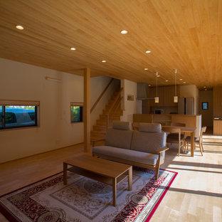 名古屋の北欧スタイルのおしゃれなLDK (白い壁、濃色無垢フローリング、据え置き型テレビ、ベージュの床) の写真