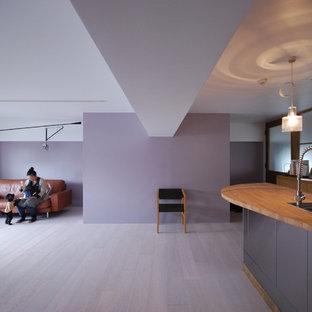 大阪のコンテンポラリースタイルのおしゃれなLDK (紫の壁、合板フローリング、白い床) の写真