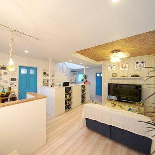 他の地域のビーチスタイルのおしゃれなリビング (白い壁、合板フローリング、暖炉なし、白い床) の写真