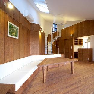 他の地域の小さいモダンスタイルのリビング・居間の画像 (茶色い壁、暖炉なし、茶色い床、無垢フローリング、テレビなし、LDK)