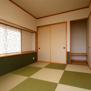 Ejemplo de salón cerrado, minimalista, de tamaño medio, con paredes blancas, tatami y suelo verde