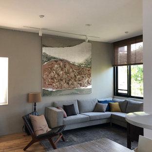 Ejemplo de salón abierto, machihembrado y machihembrado, moderno, pequeño, machihembrado, con paredes blancas, suelo de madera en tonos medios y machihembrado