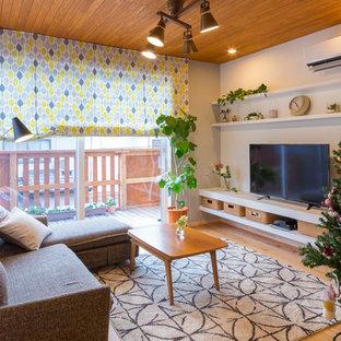 他の地域の中サイズの北欧スタイルのおしゃれなLDK (グレーの壁、無垢フローリング、暖炉なし、据え置き型テレビ、茶色い床) の写真