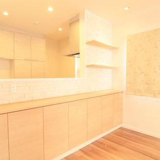 Ispirazione per un soggiorno minimalista con pareti bianche, pavimento in legno verniciato e pavimento marrone