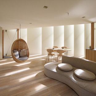 京都のコンテンポラリースタイルのおしゃれなLDK (白い壁、茶色い床、淡色無垢フローリング) の写真