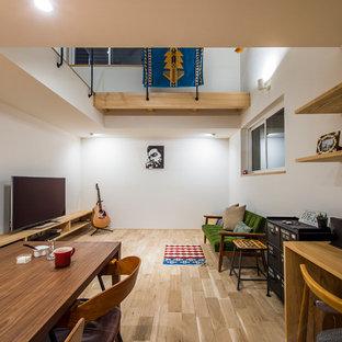 京都の中サイズのモダンスタイルのおしゃれなLDK (白い壁、淡色無垢フローリング、据え置き型テレビ、ベージュの床) の写真