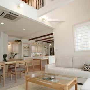 Großes, Offenes Modernes Wohnzimmer mit hellem Holzboden, weißem Boden, Holzdecke und Tapetenwänden in Sonstige
