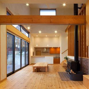 他の地域のカントリー風おしゃれなリビング (白い壁、淡色無垢フローリング、薪ストーブ、レンガの暖炉まわり、ベージュの床) の写真
