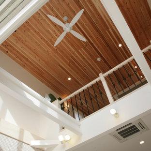 Großes, Offenes Modernes Wohnzimmer ohne Kamin mit weißer Wandfarbe, hellem Holzboden, Wand-TV, weißem Boden, Holzdecke und Tapetenwänden in Sonstige