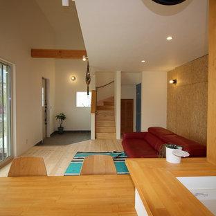 他の地域の中サイズのモダンスタイルのおしゃれなLDK (マルチカラーの壁、淡色無垢フローリング、ベージュの床) の写真