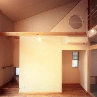 Ejemplo de salón abierto, papel pintado y papel pintado, minimalista, pequeño, papel pintado, con paredes blancas, suelo de madera en tonos medios, suelo marrón, papel pintado y papel pintado
