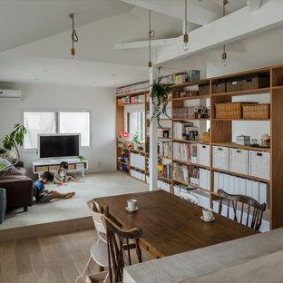 Immagine di un piccolo soggiorno shabby-chic style aperto con pareti bianche, parquet chiaro, nessun camino, TV autoportante e pavimento bianco