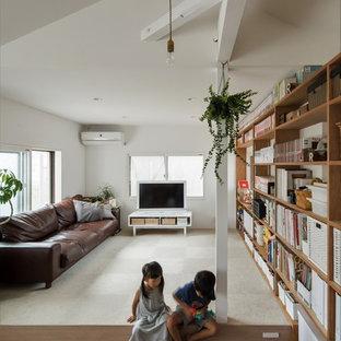 他の地域の小さいシャビーシック調のおしゃれなLDK (白い壁、淡色無垢フローリング、暖炉なし、据え置き型テレビ、白い床) の写真