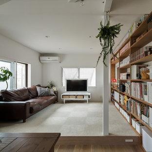 他の地域の小さいアジアンスタイルのおしゃれなLDK (白い壁、淡色無垢フローリング、暖炉なし、据え置き型テレビ、ベージュの床) の写真