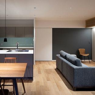 大阪の小さいコンテンポラリースタイルのおしゃれなLDK (白い壁、合板フローリング、据え置き型テレビ、ベージュの床) の写真