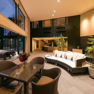 コンテンポラリースタイルのおしゃれなリビング (マルチカラーの壁、横長型暖炉、据え置き型テレビ、グレーの床) の写真
