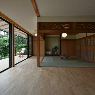 他の地域のアジアンスタイルのリビング・居間の画像 (白い壁、淡色無垢フローリング、据え置き型テレビ、LDK、茶色い床)