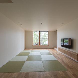 Asiatisches Wohnzimmer mit weißer Wandfarbe, Tatami-Boden und Wand-TV in Kyoto