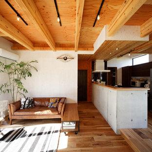 他の地域のミッドセンチュリースタイルのおしゃれなLDK (白い壁、無垢フローリング、茶色い床) の写真