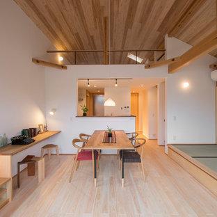 横浜の中サイズの北欧スタイルのおしゃれなLDK (白い壁、淡色無垢フローリング、ベージュの床) の写真