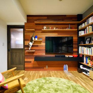 東京23区のアジアンスタイルのおしゃれな独立型リビング (ライブラリー、ベージュの壁、淡色無垢フローリング、壁掛け型テレビ、ベージュの床) の写真