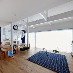 大阪の北欧スタイルのおしゃれなリビング (白い壁、淡色無垢フローリング、茶色い床) の写真