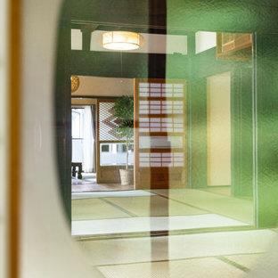 Idee per un grande soggiorno etnico con pareti beige, pavimento in tatami, nessun camino, nessuna TV e pavimento verde