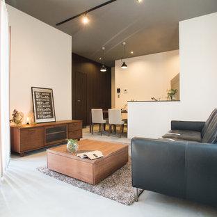 他の地域の小さいコンテンポラリースタイルのおしゃれなリビング (白い壁、ベージュの床) の写真
