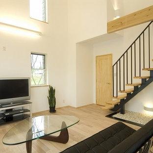 他の地域のアジアンスタイルのおしゃれなリビング (白い壁、淡色無垢フローリング、据え置き型テレビ、ベージュの床) の写真