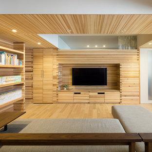 Idee per un soggiorno etnico aperto con libreria, pareti beige, parquet chiaro, parete attrezzata e pavimento beige