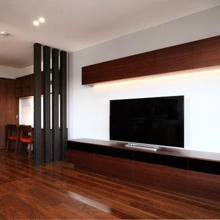 東京23区の中くらいのモダンスタイルのおしゃれなLDK (白い壁、濃色無垢フローリング、据え置き型テレビ、クロスの天井、壁紙) の写真