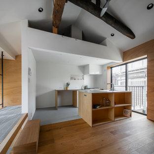 Diseño de salón abierto y madera, rústico, pequeño, madera, con paredes beige, suelo de madera en tonos medios, suelo beige y madera