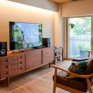 東京都下のアジアンスタイルのおしゃれなLDK (ベージュの壁、淡色無垢フローリング、据え置き型テレビ、ベージュの床) の写真