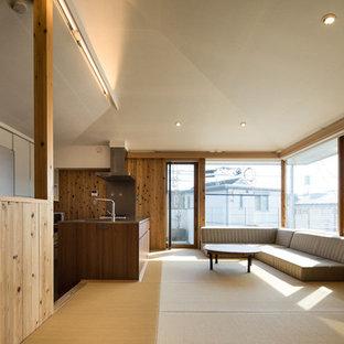 Cette photo montre un salon nature de taille moyenne et ouvert avec un mur marron, un sol de tatami, aucune cheminée, un téléviseur fixé au mur et un sol beige.