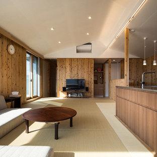 Mittelgroßes, Offenes Asiatisches Wohnzimmer ohne Kamin mit brauner Wandfarbe, Tatami-Boden, Wand-TV und beigem Boden in Tokio