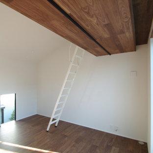 Idee per un piccolo soggiorno minimalista stile loft con sala formale, pareti bianche, pavimento in compensato, nessun camino, TV autoportante e pavimento marrone