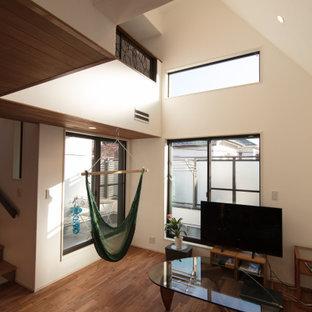 Réalisation d'un salon ouvert avec un sol en bois foncé, aucune cheminée, un sol marron, un plafond en papier peint et du papier peint.
