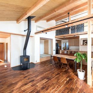 他の地域のアジアンスタイルのおしゃれなLDK (白い壁、濃色無垢フローリング、吊り下げ式暖炉、据え置き型テレビ、茶色い床) の写真