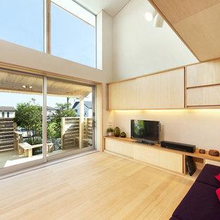 他の地域のアジアンスタイルのおしゃれなリビング (ベージュの壁、淡色無垢フローリング、据え置き型テレビ、茶色い床) の写真