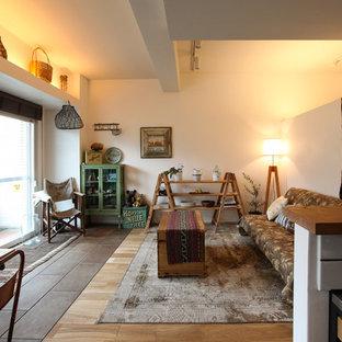 他の地域のアジアンスタイルのおしゃれなリビング (白い壁、無垢フローリング、ベージュの床、表し梁) の写真